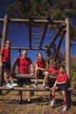 放松在新兵训练所的教练员和孩子 图库摄影
