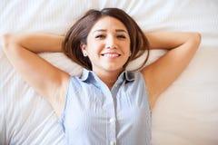 放松在旅馆里的西班牙女实业家 免版税库存照片