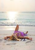 放松在日出的热带海滩的Blondy 图库摄影