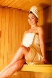 放松在木蒸汽浴室的妇女 免版税库存图片