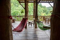 放松在森林竹子小屋 免版税库存照片