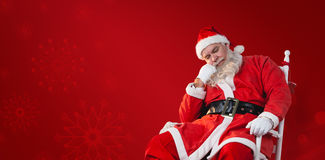 放松在椅子的圣诞老人的综合图象 免版税库存图片