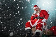 放松在椅子的圣诞老人的综合图象 免版税库存照片
