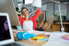 放松在椅子的女性图表设计师 免版税图库摄影