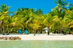 放松在椅子-美丽的海岛 免版税库存图片