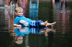 放松在水中的男孩 免版税库存图片