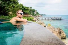 放松在水池的人由海洋 免版税库存图片