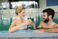 放松在水池的愉快的夫妇的图片 库存照片