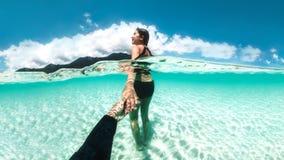 放松在水美丽的海洋下的夫妇在酸值Lipe海滩泰国,暑假 免版税库存照片