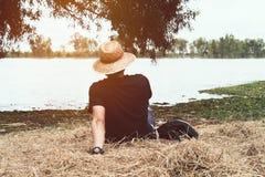 放松在江边的一个人,享受早晨好 免版税图库摄影