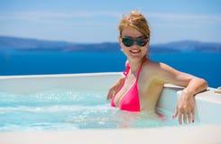 放松在池的妇女 免版税库存照片