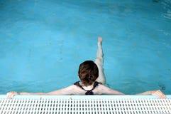 放松在池的游泳者 免版税库存照片