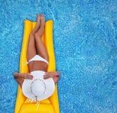 放松在池 免版税库存图片