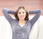 放松在沙发的一名深色的妇女的纵向 免版税库存图片