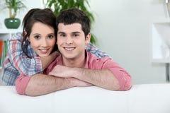 放松在沙发的夫妇 图库摄影