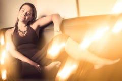 放松在沙发的妇女 图库摄影