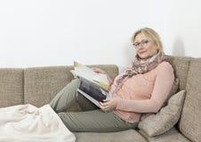 放松在沙发的妇女 免版税图库摄影