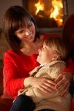 放松在沙发的母亲和女儿 免版税库存图片