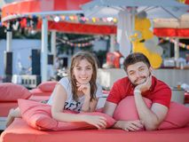 放松在沙发oudoor的愉快的夫妇 免版税库存照片