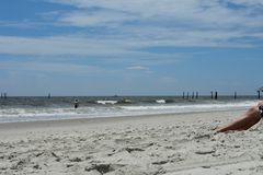 放松在沙子在默特尔海滩,南卡罗来纳 免版税库存照片