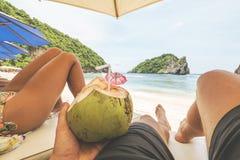 放松在沙滩的年轻旅游夫妇在热带天堂海岛 GoPro第一人景色 POV 努沙Penida 图库摄影