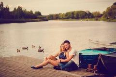 放松在河的浪漫夫妇 库存图片