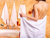 放松在泡末浴的妇女。 免版税库存图片
