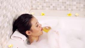 放松在浴缸和饮用的酒的妇女 股票录像