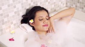放松在浴缸的俏丽的妇女 股票视频