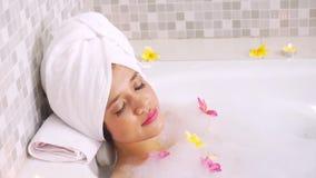 放松在浴缸的俏丽的妇女 股票录像