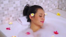 放松在浴缸的美丽的亚裔妇女 影视素材