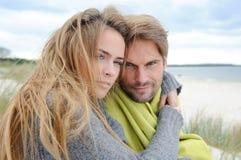 放松在海岸-沙丘的有风秋天天,海滩,美好的夫妇 库存照片