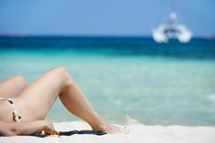 放松在海海滩的妇女 免版税库存图片