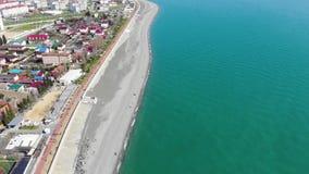 放松在海滩和海的人人群鸟瞰图有波浪的 从飞行的寄生虫的顶视图 股票视频