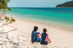 放松在海滩夏天休假的夫妇 免版税图库摄影