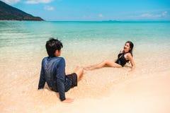 放松在海滩夏天休假的夫妇 库存图片