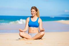 放松在海滩的美丽的妇女 免版税图库摄影