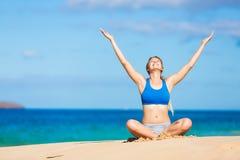 放松在海滩的美丽的妇女 免版税库存照片