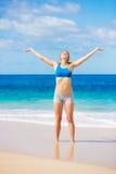放松在海滩的美丽的妇女 免版税库存图片