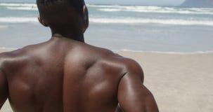 放松在海滩的赤裸上身的人在阳光4k下 股票录像