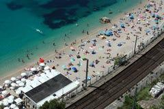 放松在海滩鸟瞰图的Eople 免版税库存照片