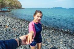 放松在海滩Lipe海岛,泰国上的夏天休假的夫妇 库存照片