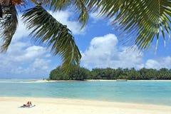 放松在海滩Muri盐水湖拉罗通加库克群岛的妇女 库存图片