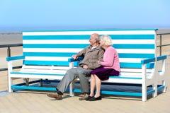放松在海的活跃资深夫妇 图库摄影