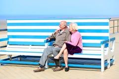 放松在海的活跃资深夫妇 免版税图库摄影