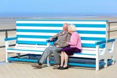 放松在海的活跃资深夫妇 免版税库存照片
