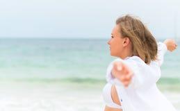 放松在海附近的少妇 免版税库存图片