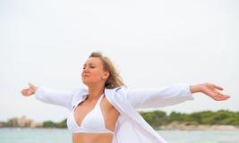 放松在海附近的少妇 图库摄影