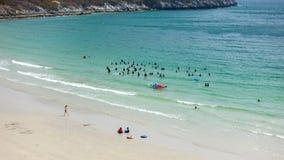 放松在海滩的人们 免版税库存照片