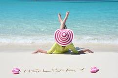 放松在海滩的女孩 免版税图库摄影